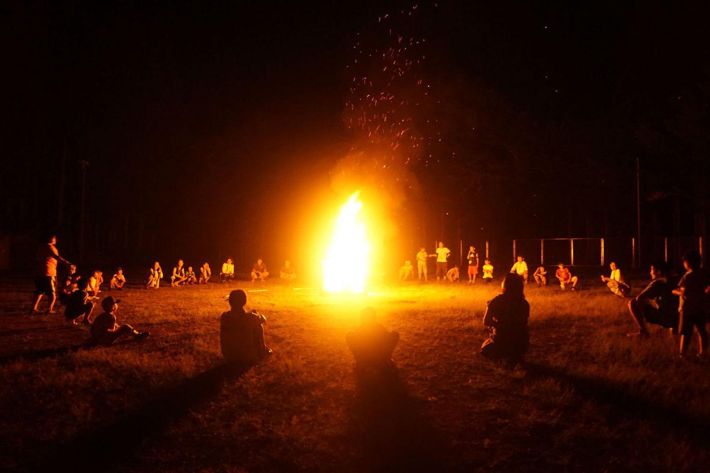 夏キャンプのキャンプファイヤー