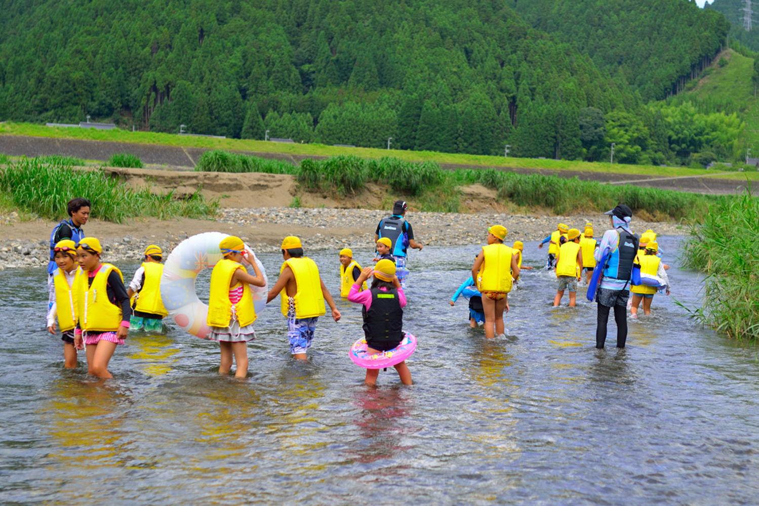 夏キャンプの川遊び